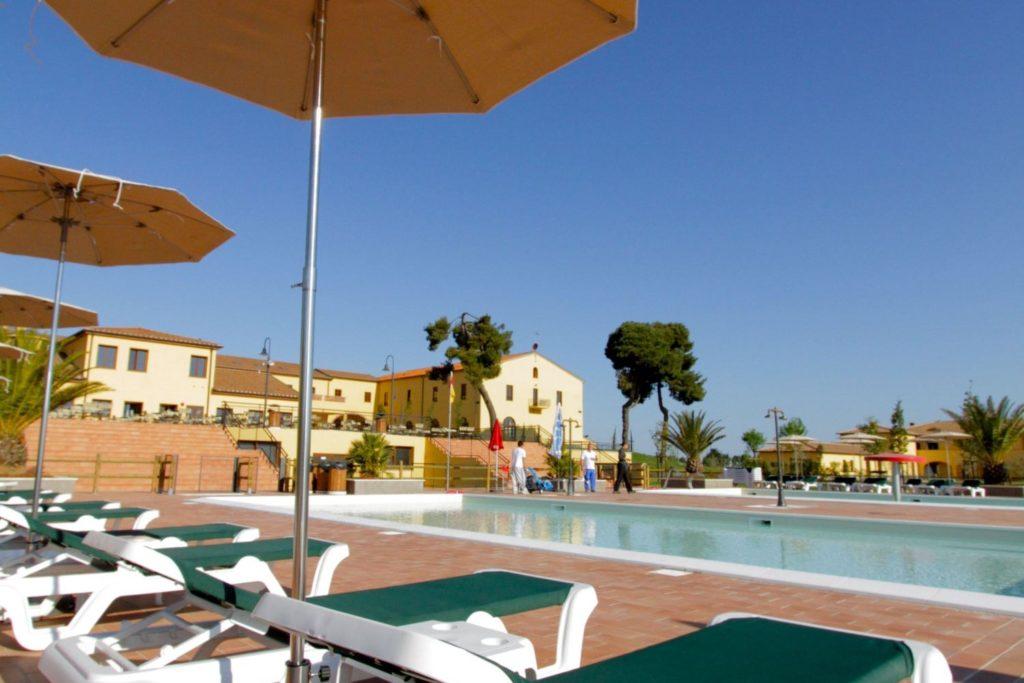 3x luxe vakantieparken aan de kust - Strand zwembad natuursteen ...