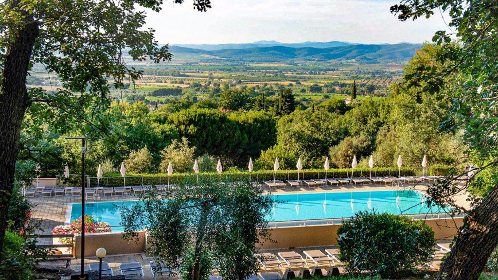 Ga luxe op vakantie met Vacanze Col Cuore. Impressie van het zwembad en de olijfgaarden